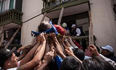 Fotos de los mexicanos ayudándose tras el terremoto le devolverán su fe en la humanidad