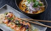 Sashimi de salmón con brotes y sésamo