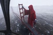 La espeluznante figura que 'vigila' el Golden Gate de San Francisco se hace viral