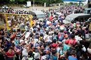 Migrantes rompen la valla fronteriza entre Guatemala y México